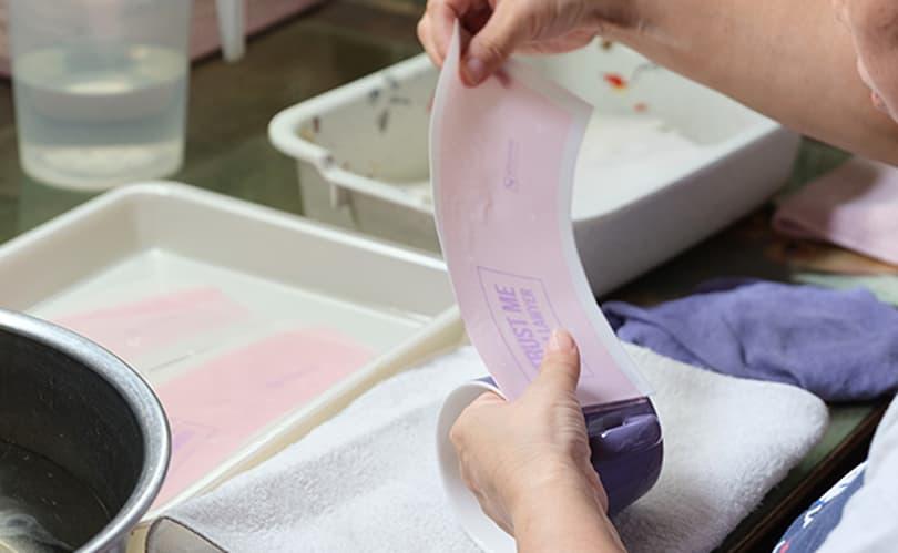 絵付( 印刷) はすべて、職人が手作業